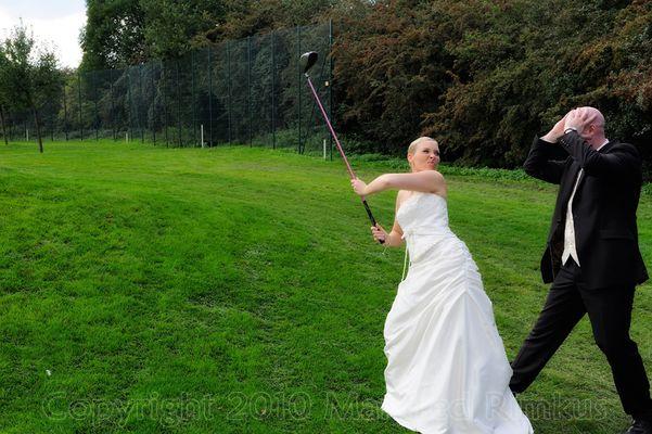 Brautpaar auf einem Golfplatz