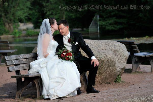 Brautpaar auf einer Bank
