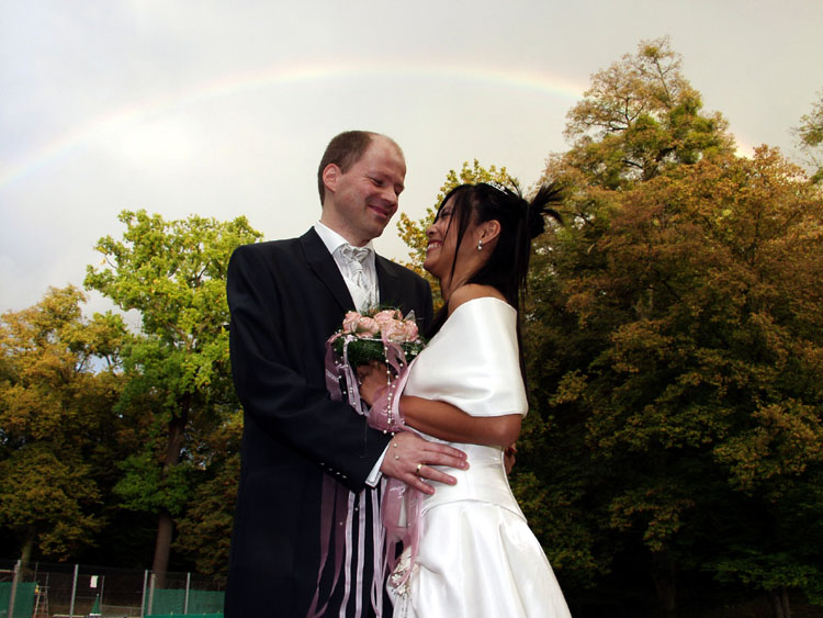 Brautpaar unterm Regenbogen