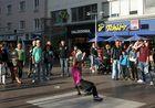 Breakdance-Darbietung in der Favoritner Fußgängerzone
