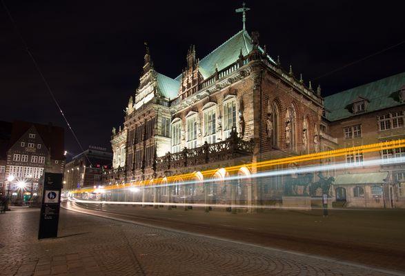 Bremer Rathaus mit Straßenbahn