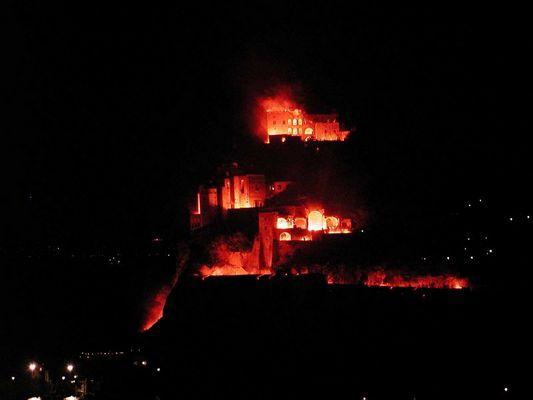 """""""brennende"""" Burg auf Ischia"""
