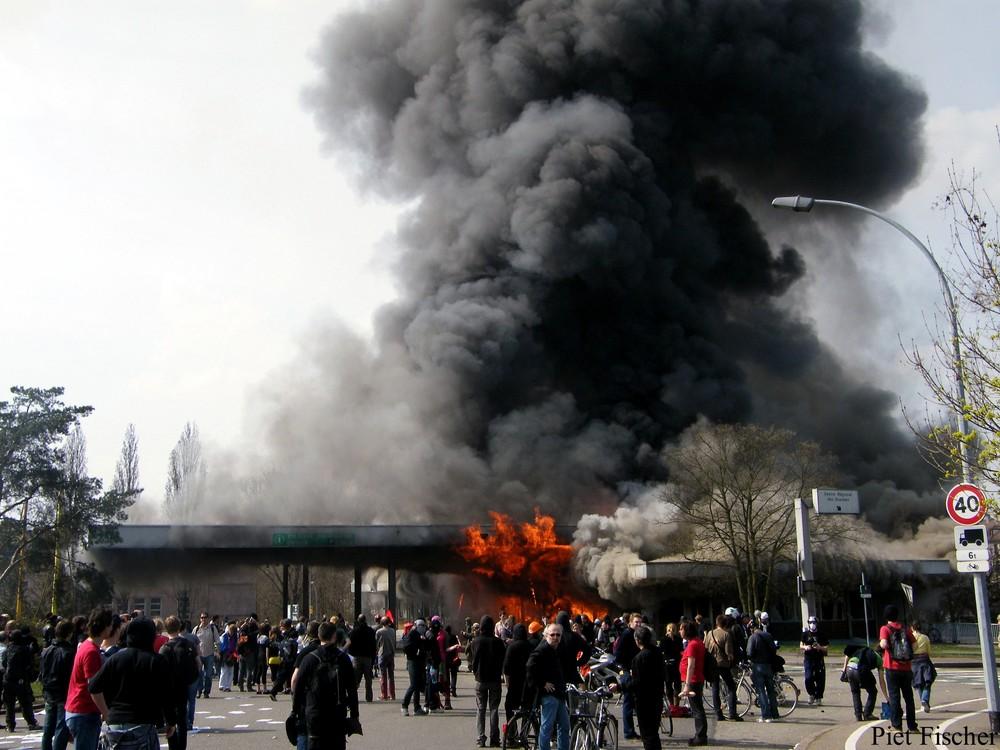 brennende Grenzkontrollstelle