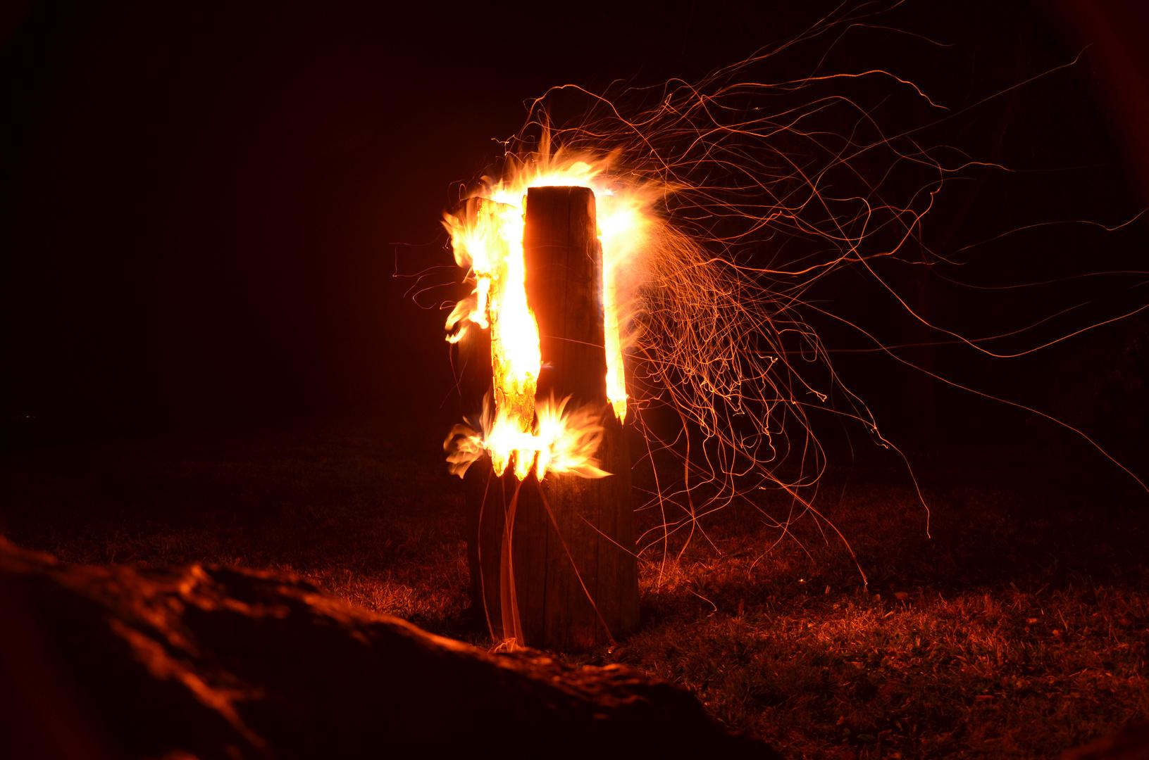 brennender Baumstamm