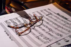 Brille auf Noten