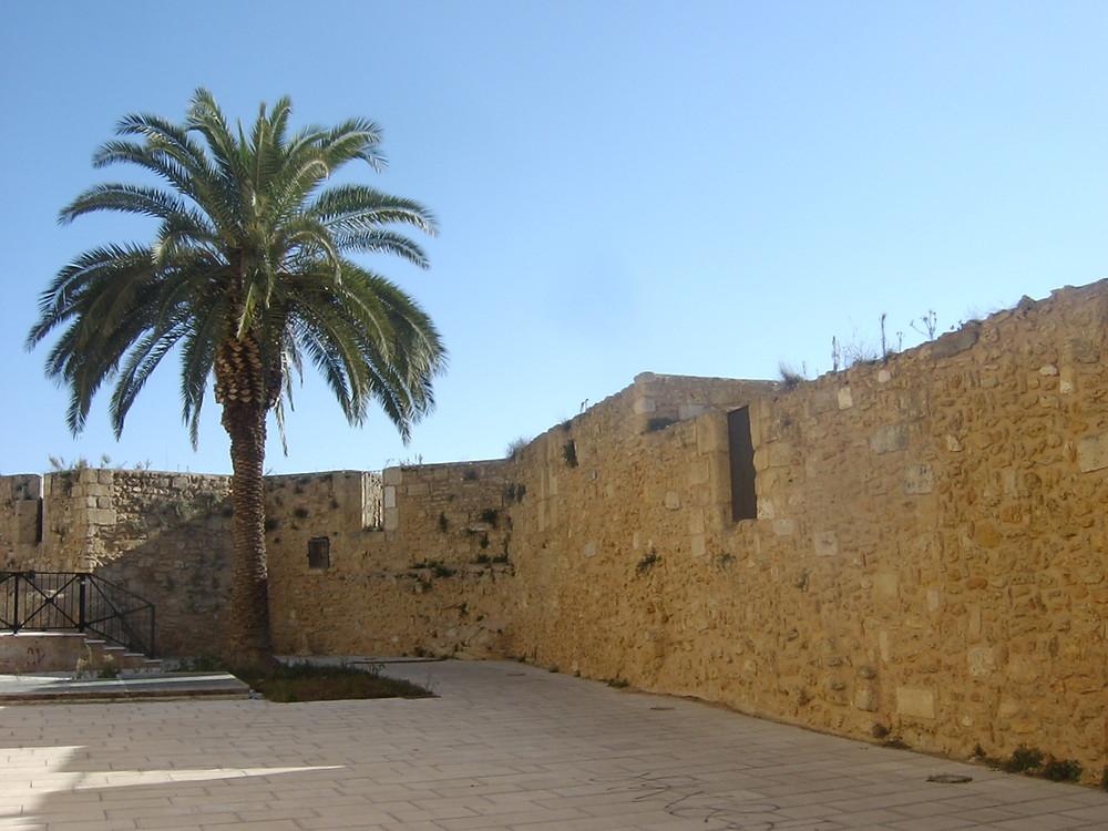BRINDISI, le mura medievali