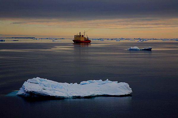 Brise-glace argentin en mer de Weddell