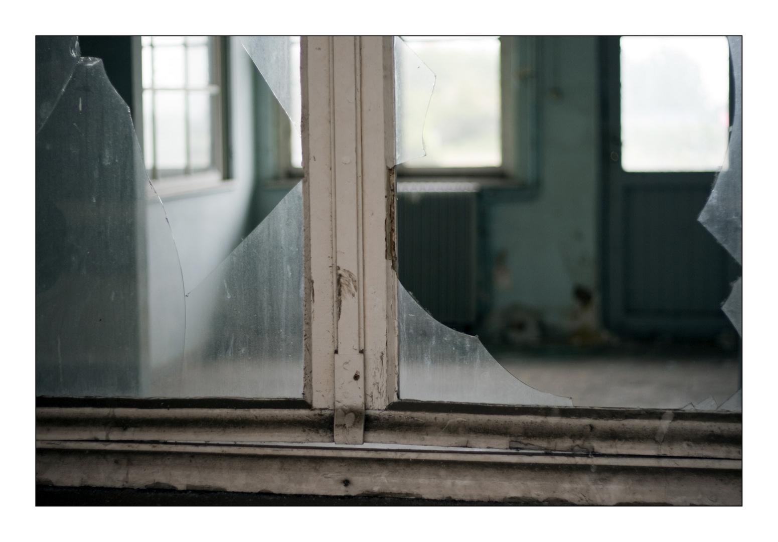 Broken window (Montzen gare Belgium)
