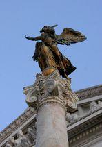 Bronze-Engel im abendlichen Licht