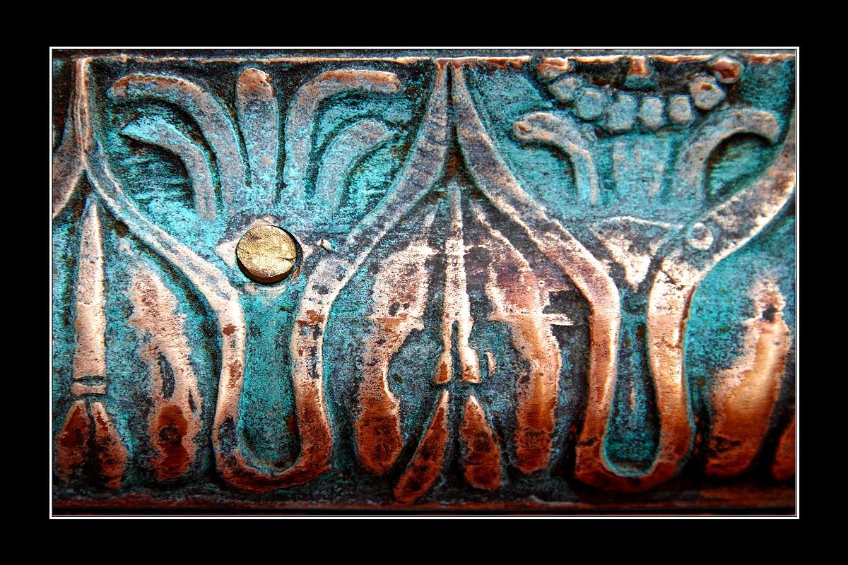 Bronze mit Patina und Punkt