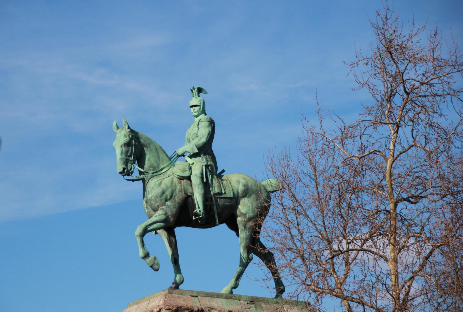 Bronzestatue im Kölner Frühling