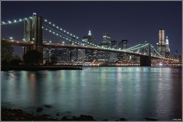 Brookly Bridge in front of Skyline Manhattan Downtown