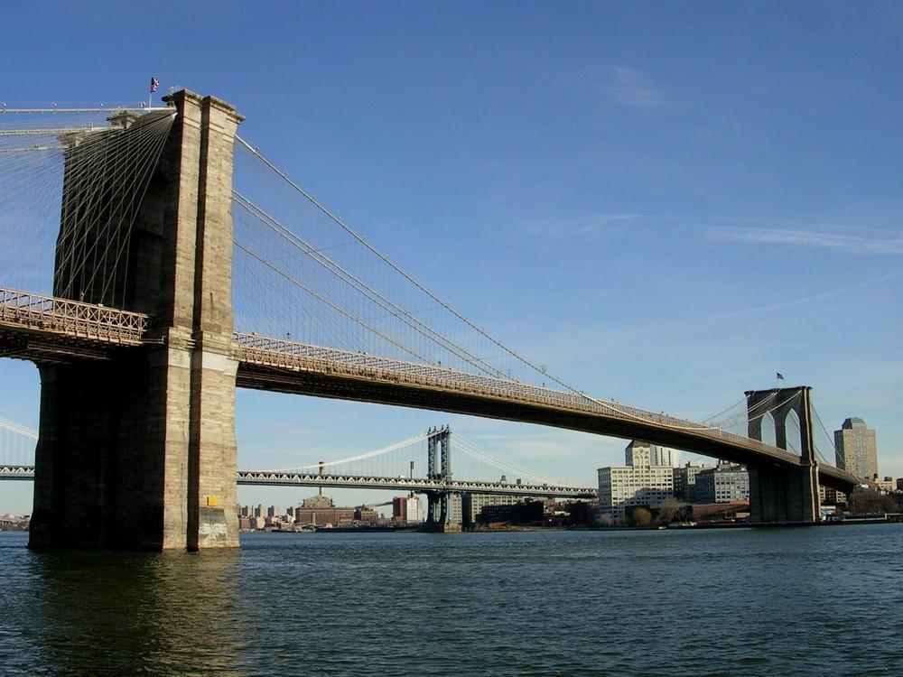 Brooklyn Bridge (NYC) von der South Street aus gesehen