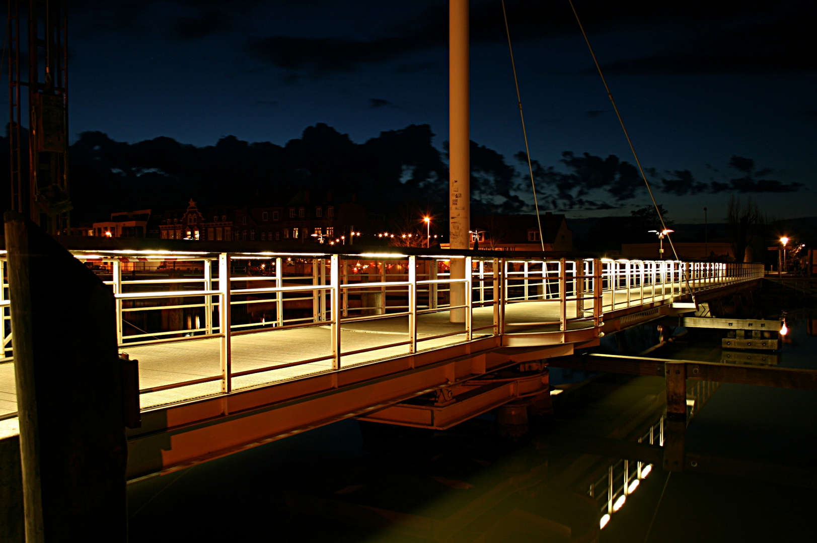 Brücke bei Nacht im Hafen von Greifswald