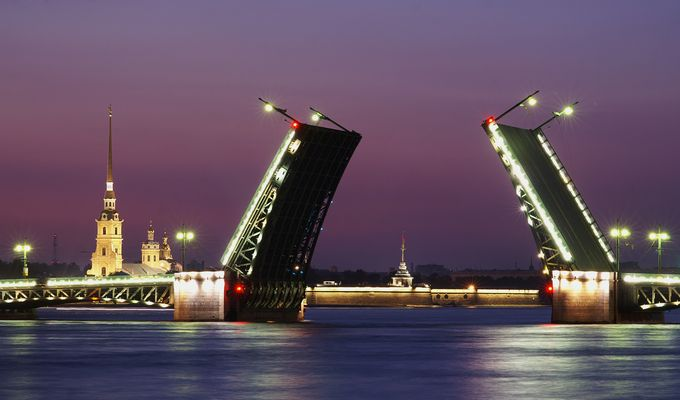 Brücke bei Nacht in St. Petersbung