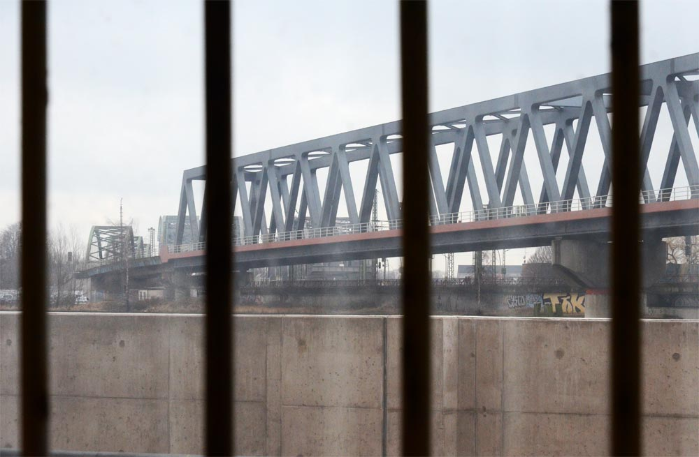 Brücke hinter Gittern
