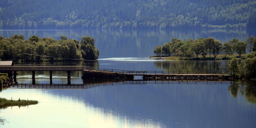 Brücke im Fjord