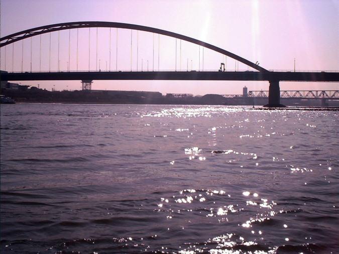 Brücke im Gegenlicht