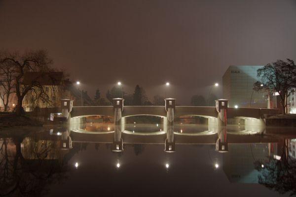 Brücke im Herbstnebel