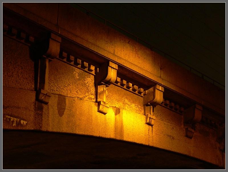 Brücke im Lampenschein