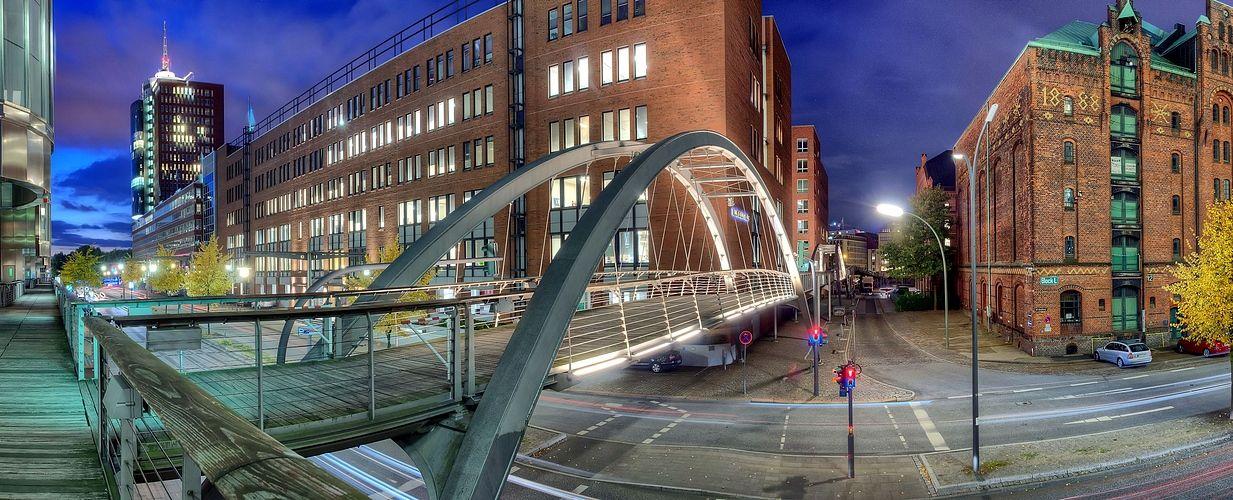 -Brücke im Licht -
