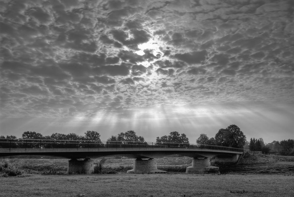 Brücke im Lichtkegel