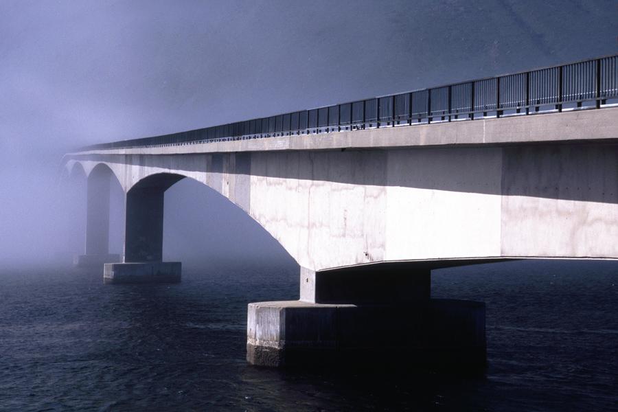 Brücke im Nebel auf den Lofoten in Norwegen