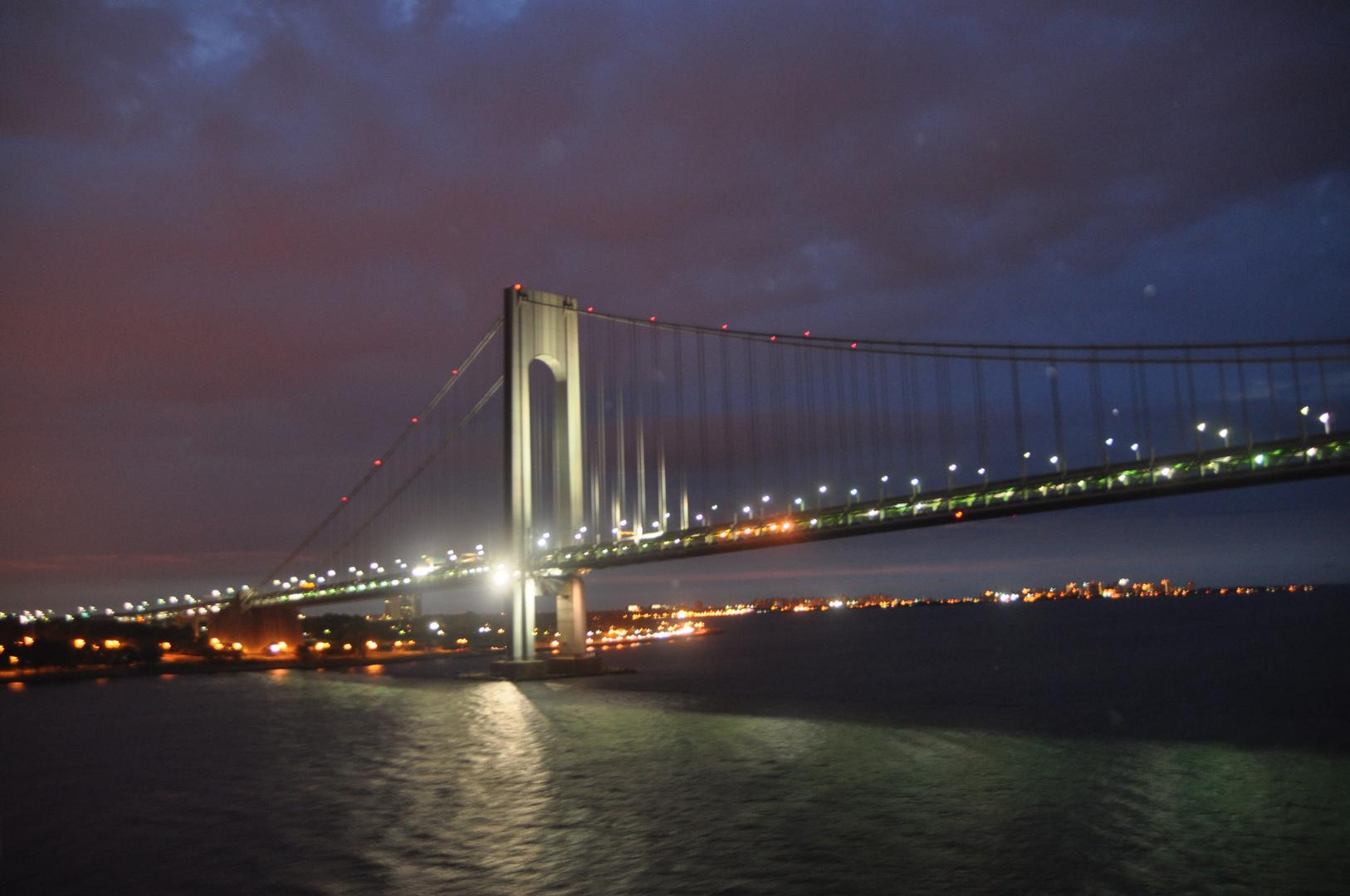 Brücke in New York bei Nacht