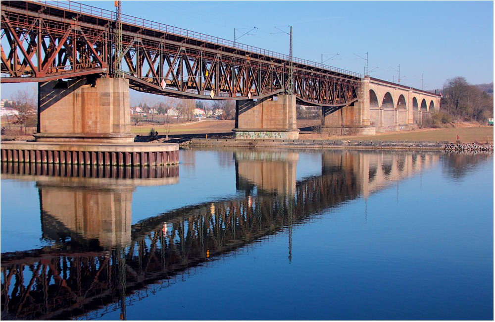 Brücke mit Spiegelung