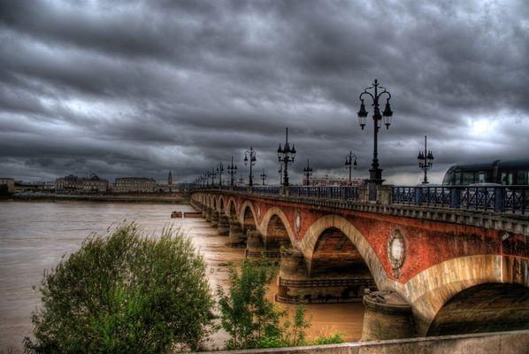 Brücke Pont de Pierre in Bordeaux ( HDR )