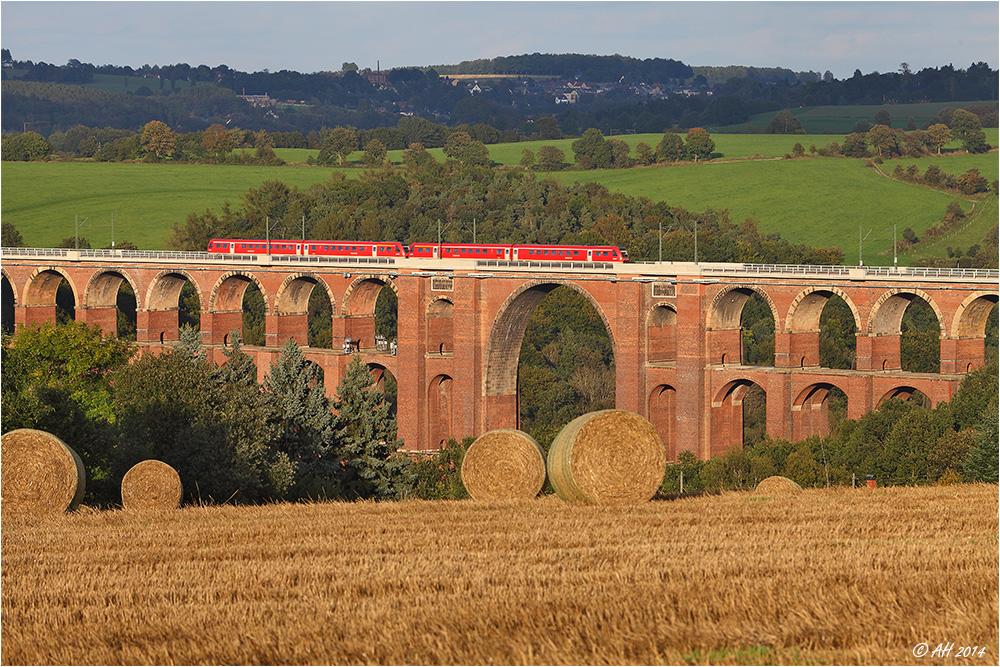 Brücke, Stroh und roter Zug