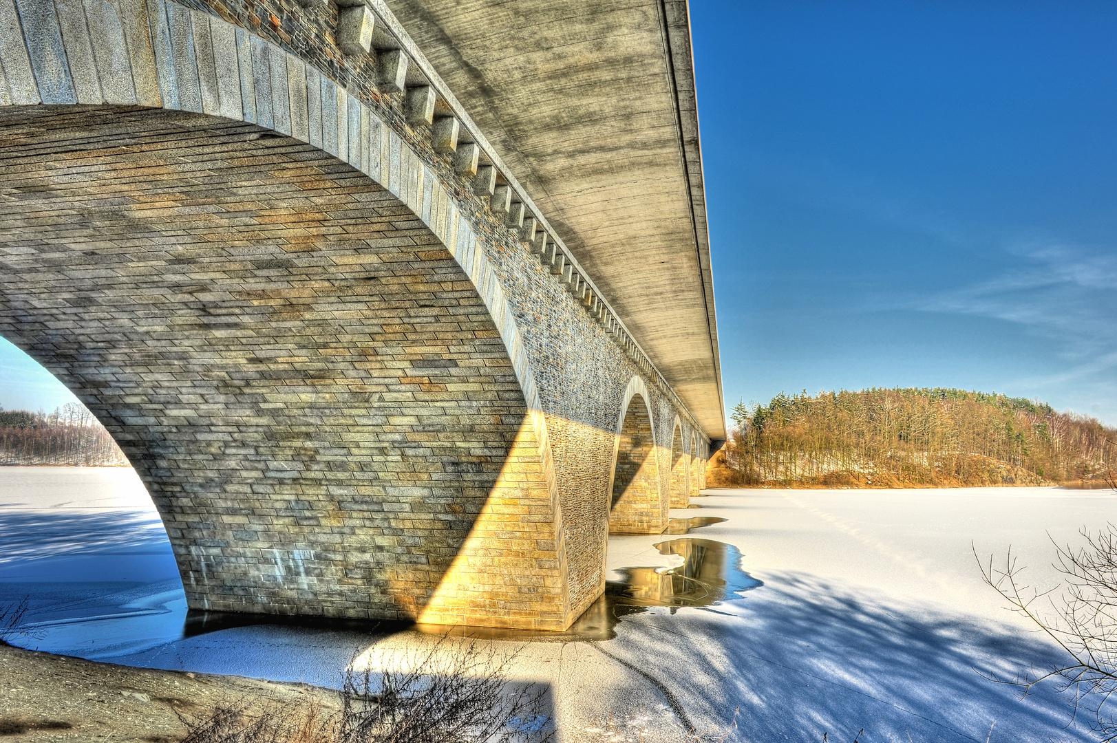 Brücke über das Eis