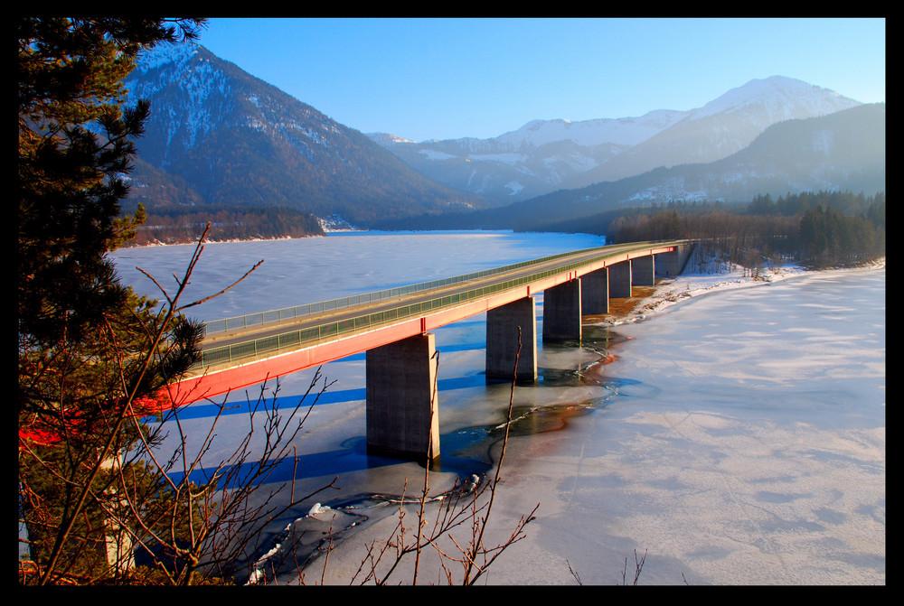 Brücke über dem Sylvensteinspeicher