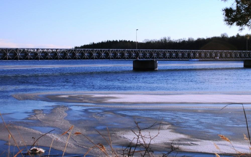 Brücke über winterlichen See