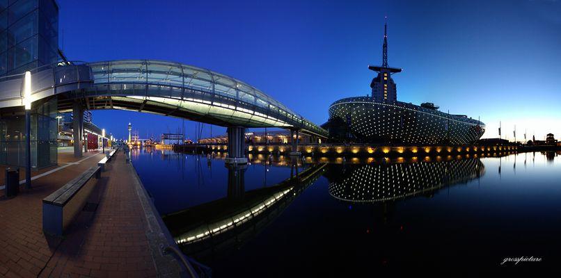 Brücke und blaue Stunde
