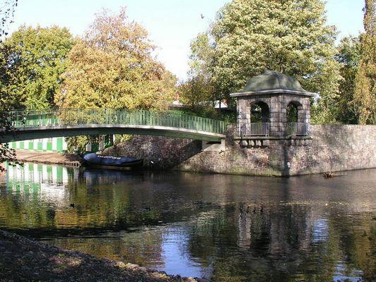 Brücke und Pavillon