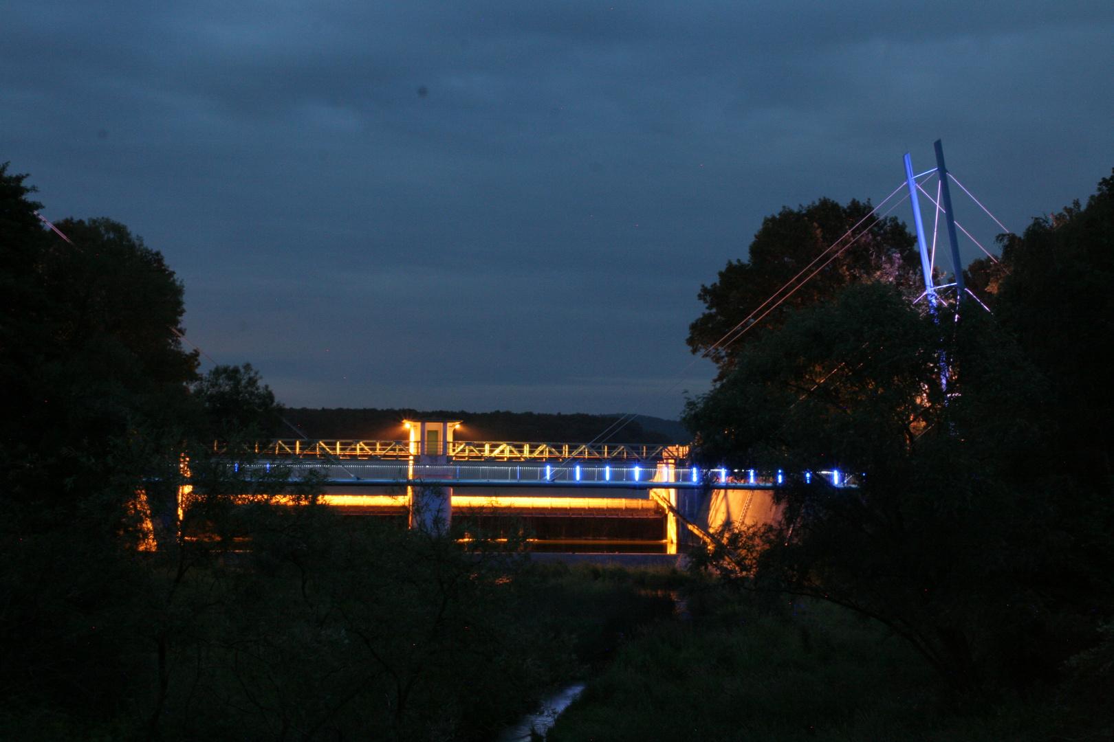 Brücke und Staumauer bei Nacht