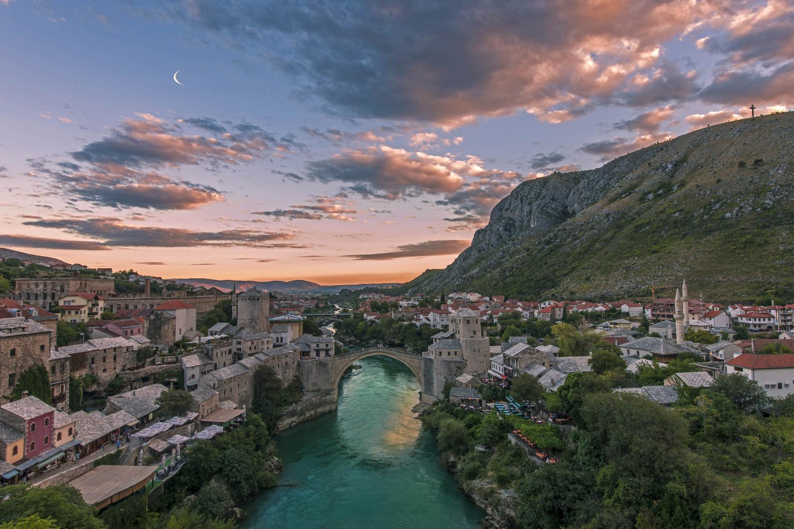 Brücke von Mostar im ersten Abendlicht