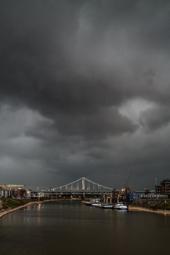 Brücke vorm Unwetter