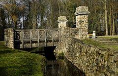 Brücke zur Burg mit Wassergraben.