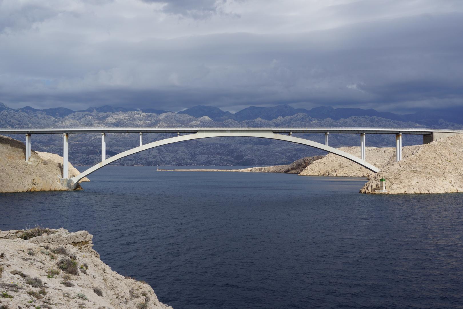 Brücke zur Insel Pag bei Abenddämmerung