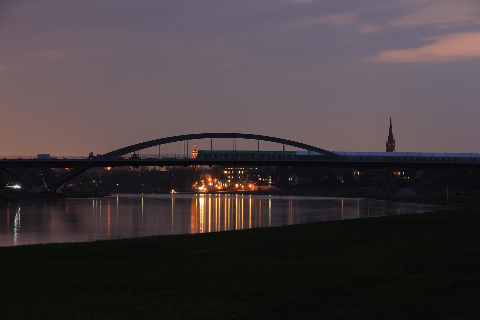 Brücken verbinden auch bei Nacht