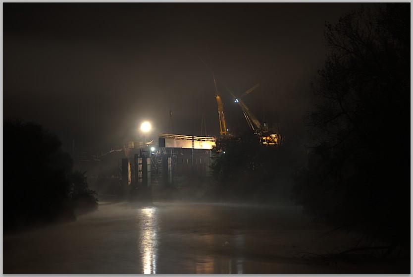 Brückenbau in der Nacht