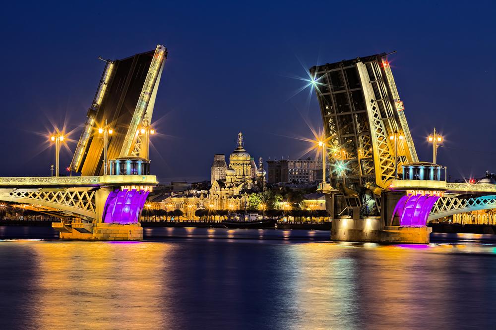 "Brückenbeleuchtung während der ""Scharlachroten Segel"""