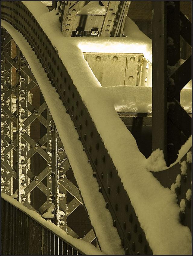 Brückendetails im Schnee