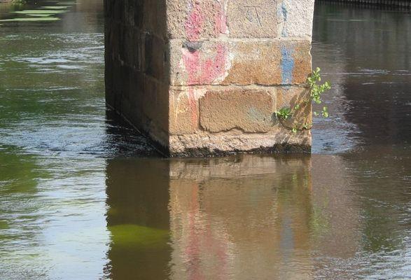 Brückenpfeiler in der Ilmenau