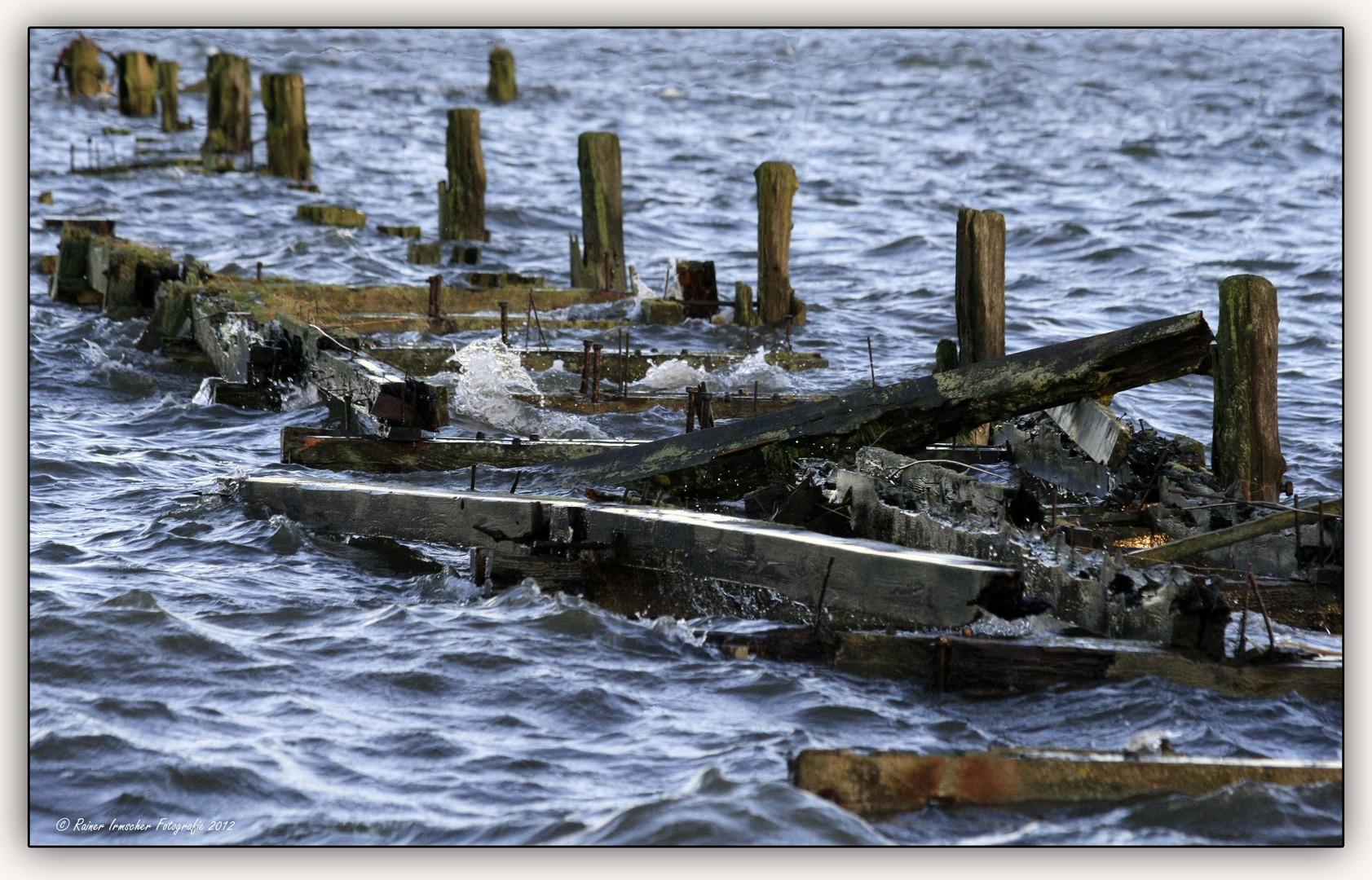Brückenreste im Hochwasser......