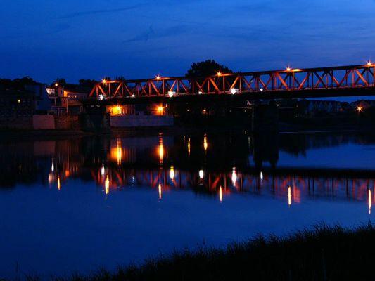 Brückenzug bei Nacht