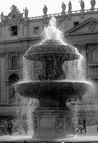 Brunnen auf dem Petersplatz im Gegenlicht