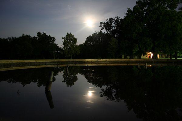 Brunnen bei Mondschein